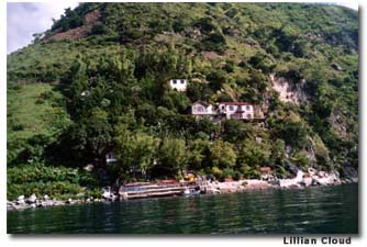 A kayaker's view of La Casa del Mundo, The World's Home. The hotel is accessible only by boat or footpath.