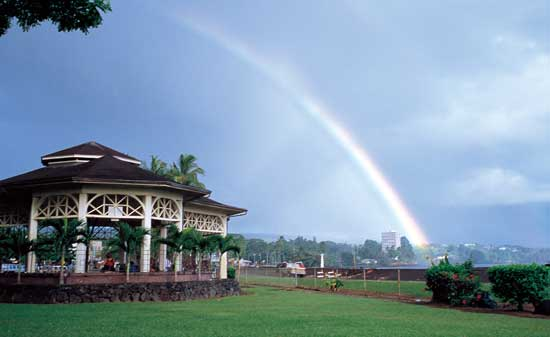 A rainbow streches across the horizon in Hilo, on Hawaii's Big Island. Photo by Hawaii Tourism Japan.