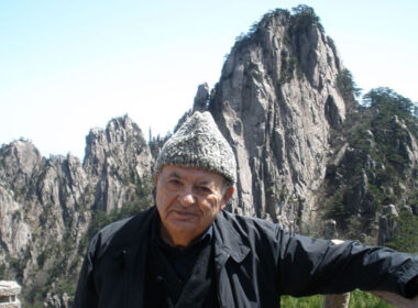 At 86, travel writer Habeeb was determined to see China's Huangshan Mountain. He just took an usual way down.