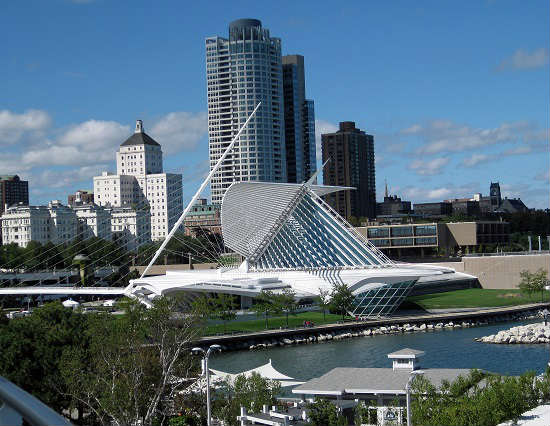 The Milwaukee Art Museum stands out against the shoreline.