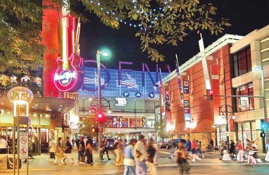 Shopping along the 16th Street Mall in Denver. Photo by Steve Crecelius/Visit Denver