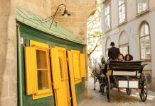 Riding through the old town in a traditional horse-drawn carriage. ©WienTourismus / Peter Rigaud