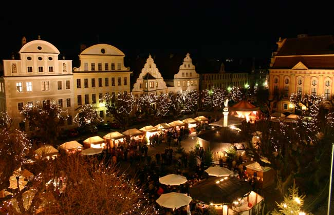 Christmas market on Karlsplatz in Neuburg. Photo by Stadt Neuburg an der Donau