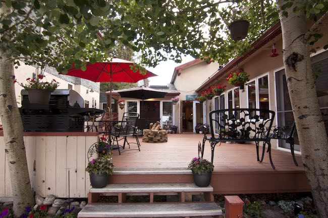 The deck with fire pit and grill, photo courtesy of Frisco Inn on Galena