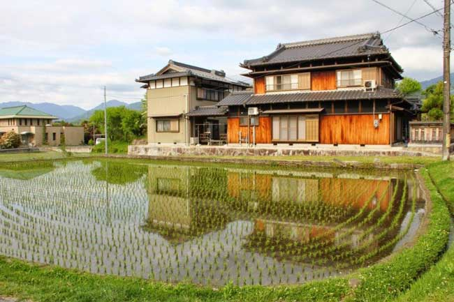 The Nakasendo Way passes along a home with rice paddies. Photo by Victor BlockThe Nakasendo Way passes along a home with rice paddies. Photo by Victor Block