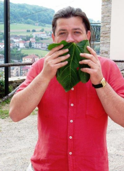 Piedmont Cheese hunter sniffing leaves. Photo by Victor Block