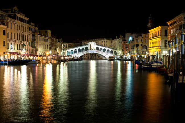 Travel in Venice. Rialto Bridge in Venice, Italy. Flickr/Steve Collis