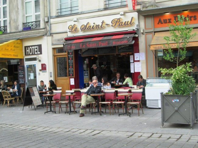 A sidewalk cafe in Marais, Paris. Photo by Victor Block