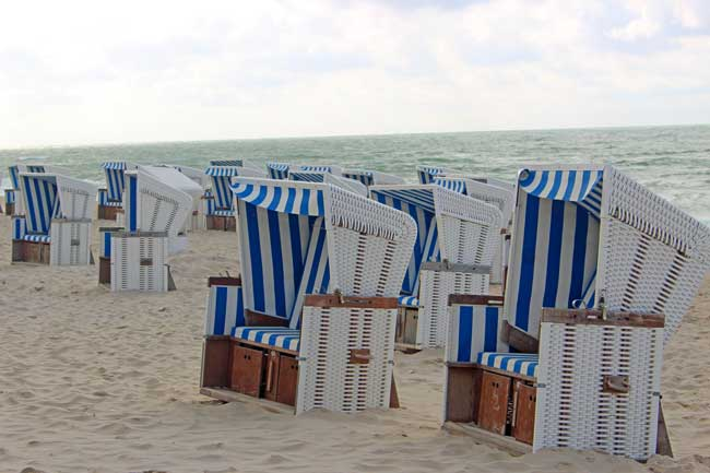 Travel on Sylt - Strandkörbe are hooded windbreak chairs made of wicker and wood paneling. Some are produced right here on the German island of Sylt. Photo by Janna Graber