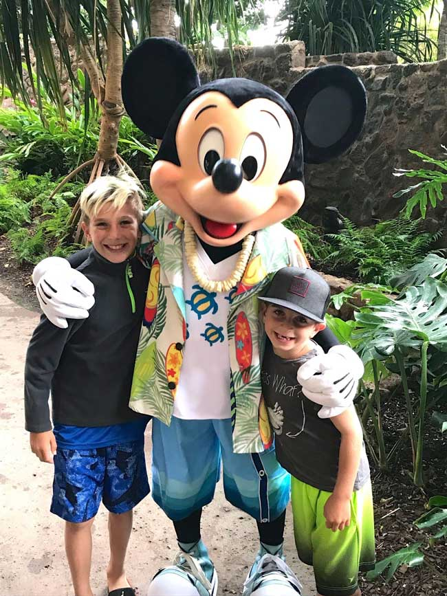 Posing with Disney characters at Aulani, A Disney Resort and Spa in Oahu