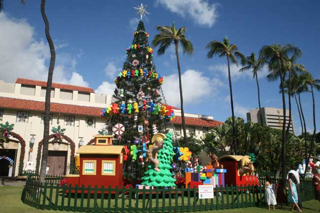 Honolulu Hale (City Hall) Christmas tree. Flickr/Cliff