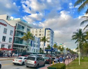 "South Beach Style – Strolling Down Dynamic ""Deco Drive"""