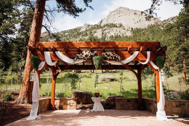 Outdoor wedding deck. Photo courtesy of Della Terra Mountain Chateau
