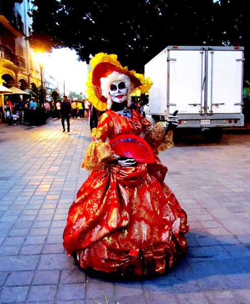 We couldn't stop looking at this woman, a perfect catrina from head to toe.