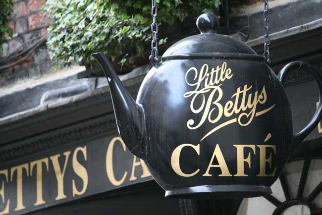 Little Betty's Cafe Tea Rooms. Flickr/betulì
