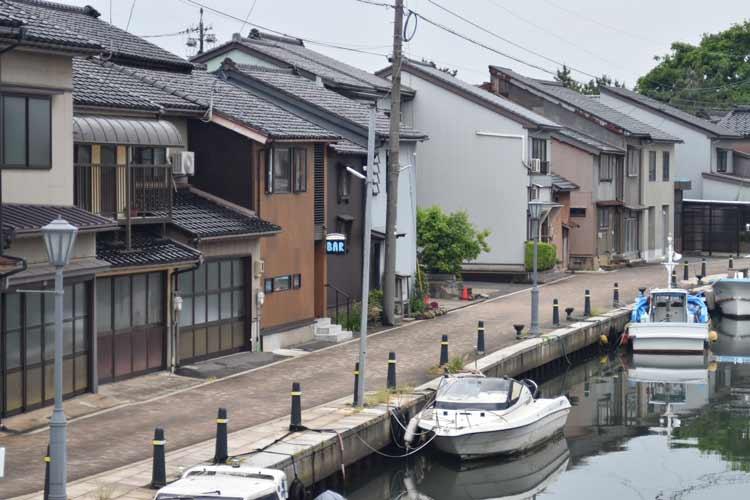 Bridge Bar is located along a harbor in Shinminato. Photo by Photo by Masayoshi Sakamoto.