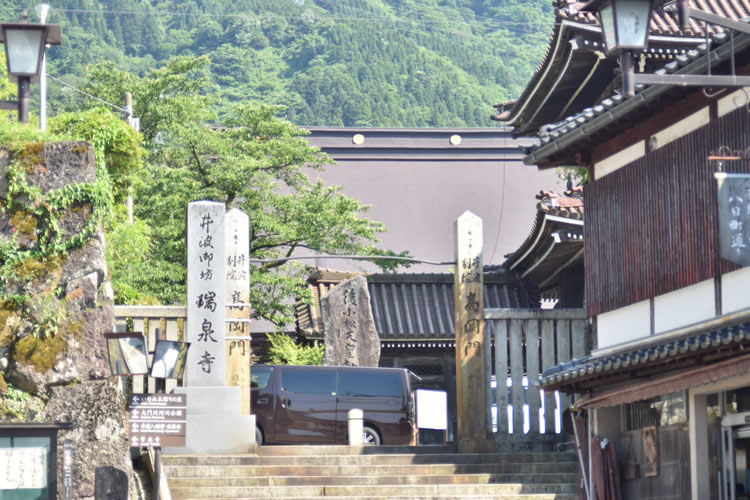 A gate of a famous temple in Inami. Photo by Masayoshi Sakamoto