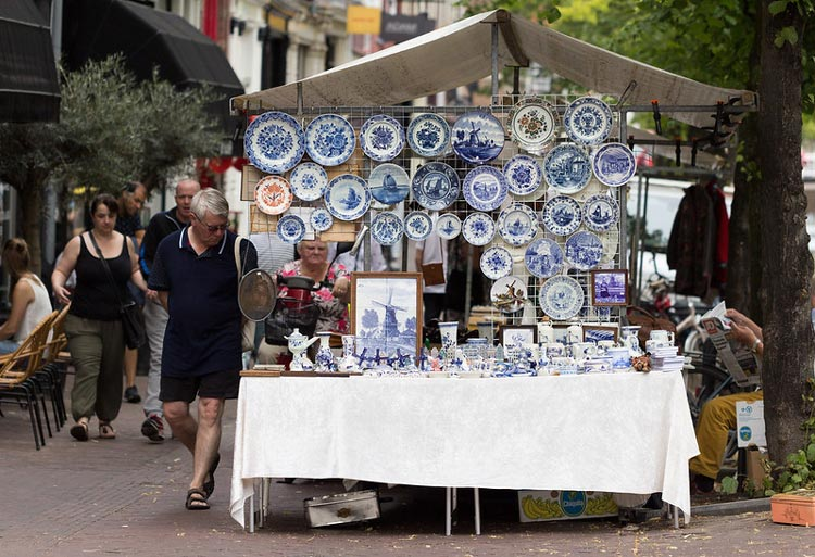 Delft blue on a market stand