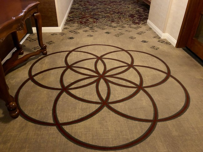 Symbolic logo in the carpet. Photo by Claudia Carbone