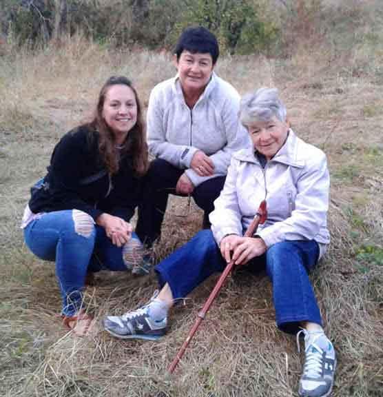 (l to r) Amanda, Hanna, and Nadia (Hanna's mother) Photographer: Григорий Свиридов