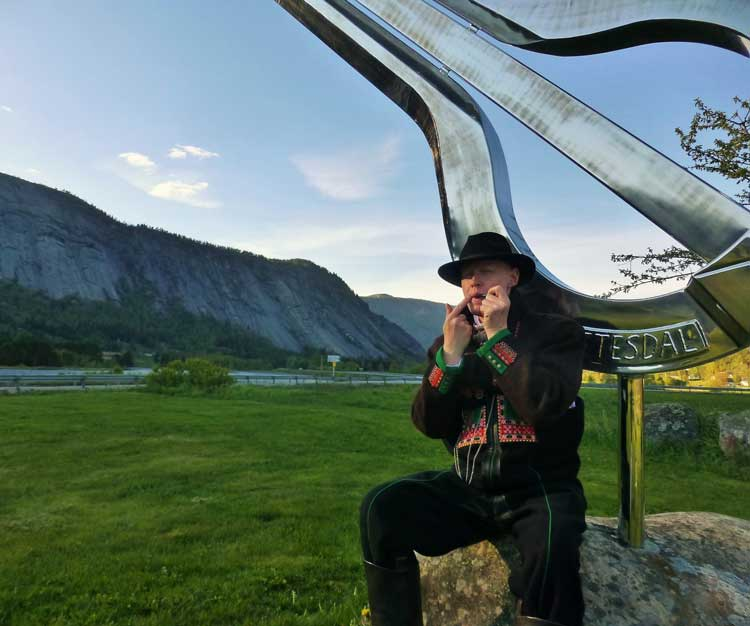 Musician and an advocate for the Valle dialect, Sigurd Brokke, by the world's biggest Jew's harp monument. Photo by Håkon Netskar