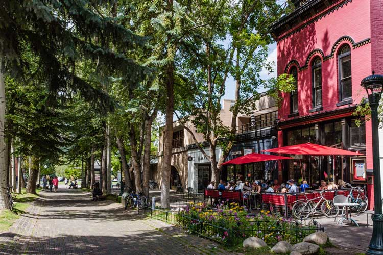 There are many places to dine outdoors in Aspen.
