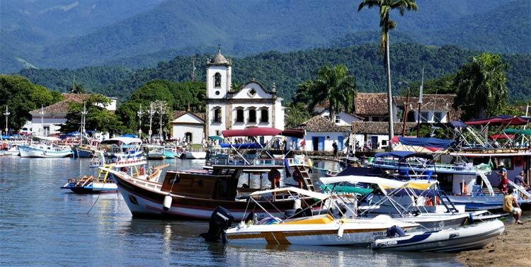 Paraty harbor with Igreja Santa Rita dos Pardos Libertos, the oldest church in town built in 1732.