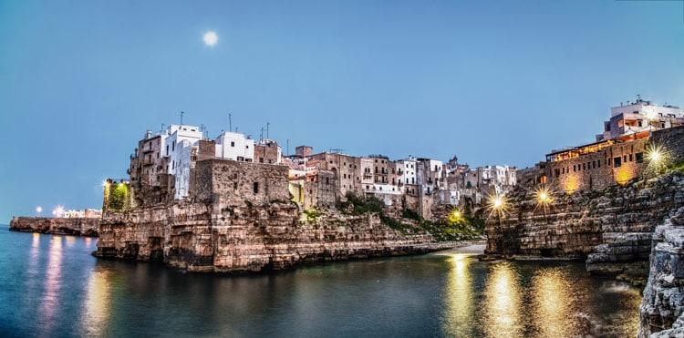 Polignano a Mare, a seaside restaurant in Puglia. © ARET Pugliapromozione - Ph. Leonardo D'Angelo