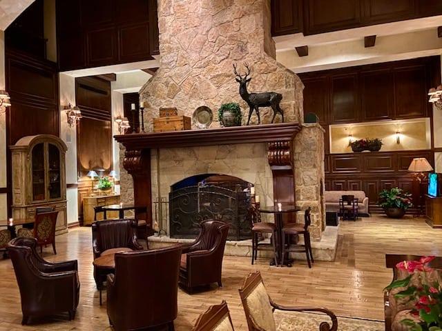 Houstonian Hotel lobby