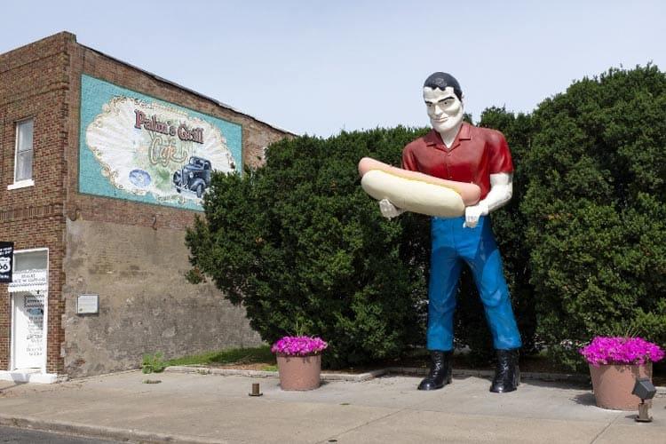 Hot Dog Muffler Man kitsch destination in Atlanta, Illinois dwarfs the popular foot-long. Photo by Tiago Lopes Fernandez/Dreamstime